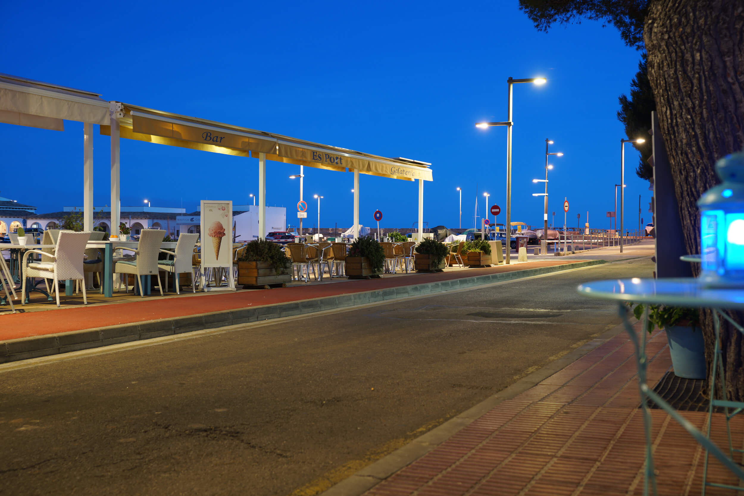 Restaurant bei Nacht - blaue Stunde