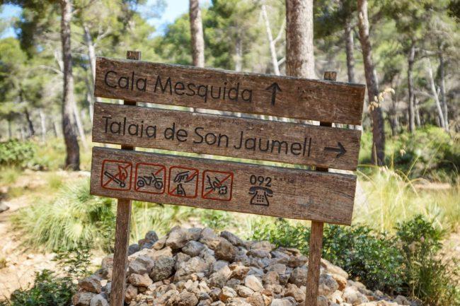 Wegweiser zur Cala Mesquida