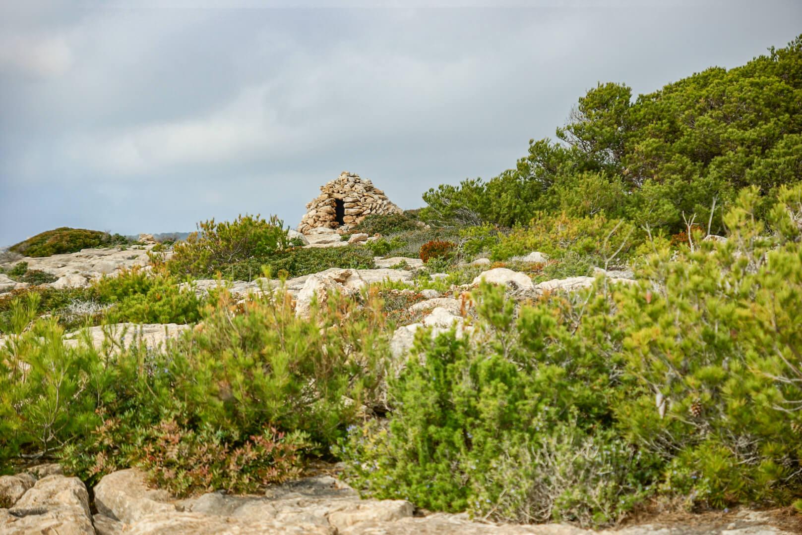 Steinhäuser säumen die Wanderung
