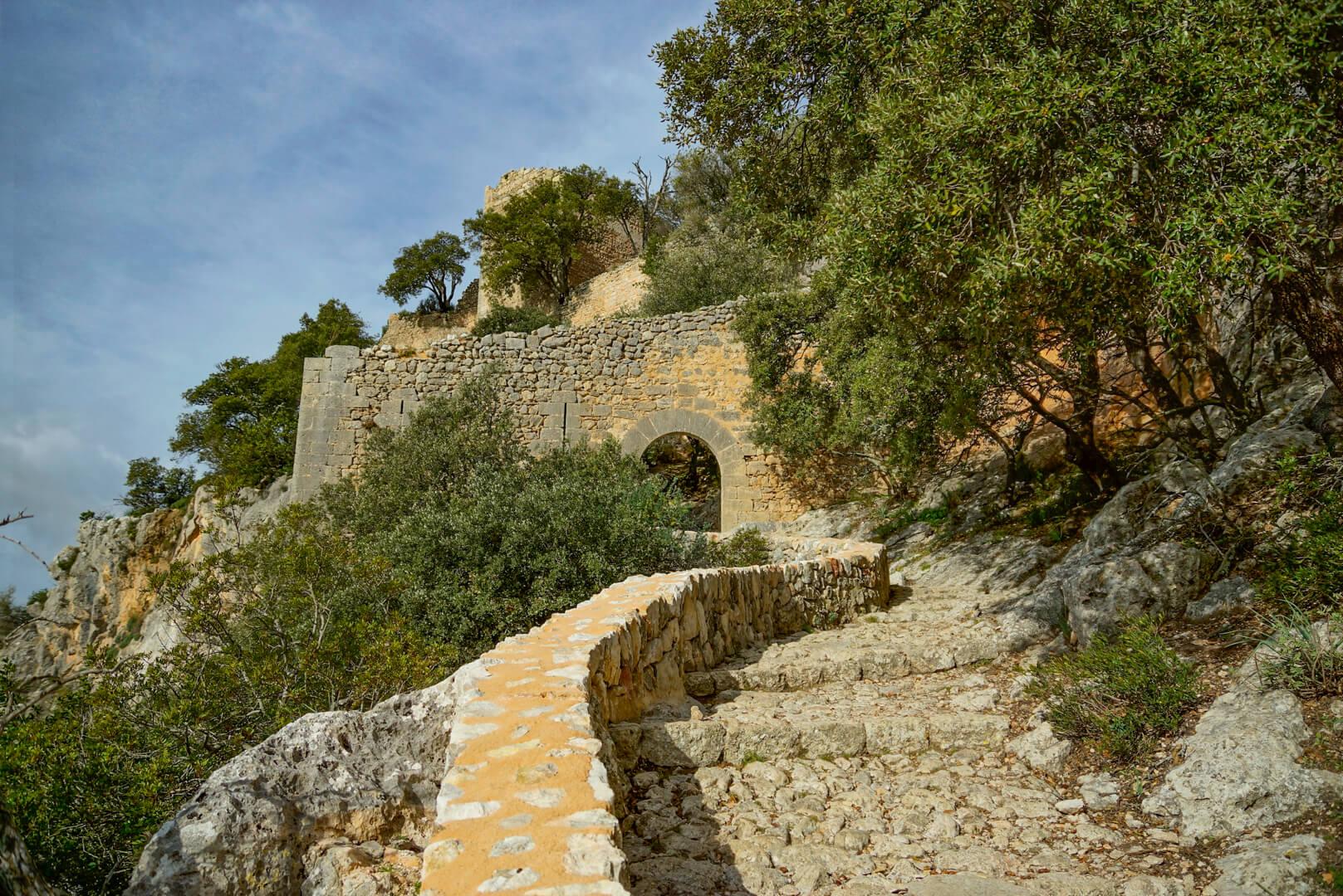 Steintreppe hoch zum Castell Alaro
