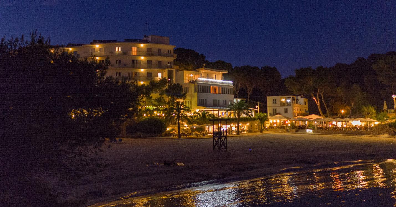 Hotel Cala Santanyi am Abend