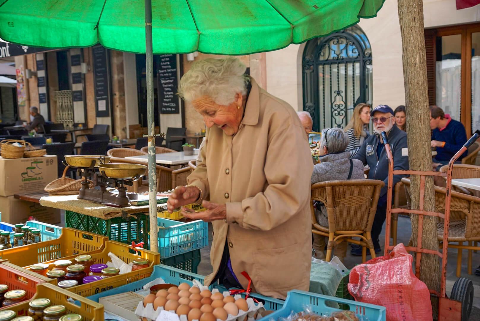 Marktfrau beim Verkaufen