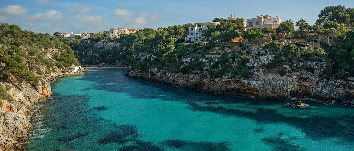 Sicht vom Meer zur Cala Pi