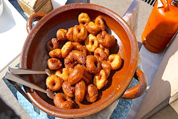 Frisch zubereitete Bunyols am Wochenmarkt